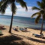 La vue sur la plage ensoleillée dès le petit déjeuner